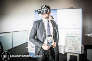 un partecipante al World Business FOrum Milano indossa una maschera di realtà virtuale fotografo Milano