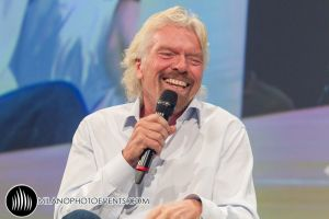 ritratto di Richard Branson Virgin sul palco di World Business Forum Milano fotografo