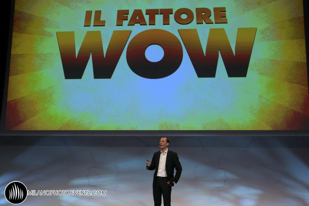 fotografo Milano - il fattore wow uno speaker parla sul palco dello IAB Forum Milano 2015