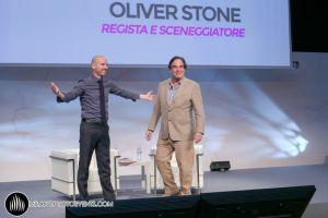 Oliver Stone regista sale su palco Milano fotografo